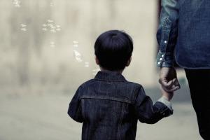 https://pixabay.com/en/boy-child-kid-family-parent-926103/